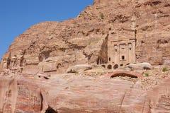 Indrukwekkende graven in de canionmuur stock foto