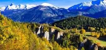 Indrukwekkende Italiaanse Alpen in Valle d& x27; Aosta in gouden autmnkleuren stock afbeelding