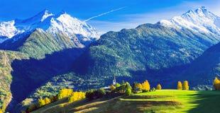 Indrukwekkende Italiaanse Alpen in Valle D ` Aosta met kleine dorpen Nr stock afbeeldingen