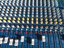Indrukwekkende mixer met heel wat knopen en teveel functies stock afbeeldingen