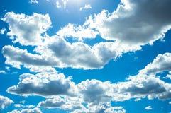 Indrukwekkende pluizige witte wolken Stock Foto's