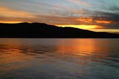 Indrukwekkende Zonsondergangnagloeiing die het Beroemde Meer Titicaca in Puno, Peru, Zuid-Amerika overdenken stock fotografie