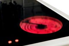 Induktionsherd mit Steuerheißen Temperaturindikatoren Elektrische Gewindebohrernahaufnahme mit keramischer Oberfläche Lizenzfreies Stockfoto