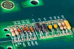 Induktory, capacitors, oporniki i diody na PCB, zdjęcia stock
