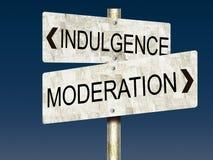 Indulgencia CONTRA Moderación Tin Road Signs Foto de archivo