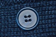 Indumento blu della lana con il bottone blu fotografia stock libera da diritti
