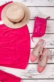 Indumento del ` s delle donne: blusa rosa, cappello della spiaggia, borsa e scarpe rosa fotografie stock
