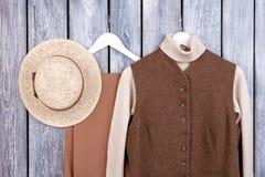 Indumento di inverno e cappello di paglia, vista superiore immagini stock libere da diritti