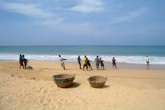 INDURUWA, SRI LANKA - 26 APRILE 2013: I pescatori dello Sri Lanka tirano la grande rete in Induruwa, Sri Lanka La pesca è un'occu Fotografie Stock Libere da Diritti