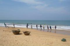 INDURUWA, SRI LANKA - 26 APRILE 2013: I pescatori dello Sri Lanka tirano la grande rete in Induruwa, Sri Lanka La pesca è un'occu Fotografia Stock