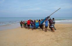 INDURUWA, SRI LANKA - 26 APRILE 2013: I pescatori dello Sri Lanka tirano la grande rete in Induruwa, Sri Lanka La pesca è un'occu Immagine Stock Libera da Diritti