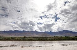 Indus River och härlig bergskedja på Leh, HDR Royaltyfri Foto