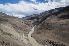 Indus River som flödar till och med dalen i Ladakh, Indien, Asien Royaltyfri Foto