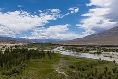 Indus River som flödar till och med slättar i Ladakh, Indien, Asien Arkivfoto