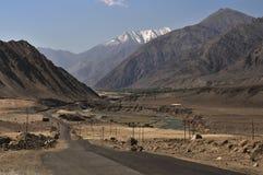 Indusrivier die door bergen in Ladakh, India vloeien stock afbeeldingen