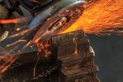 Industriële achtergrond, de industrie, Vonken van malende machine binnen Royalty-vrije Stock Foto's