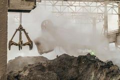 Industriële Achtergrond Ladingsmateriaal in heet slakkenstof van de zware metallurgische industrie stock fotografie