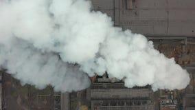 Industriële achtergrond van fabriekspijpen Globaal het verwarmen concept verontreiniging stock video