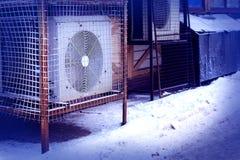 Industriële airconditionertribunes buiten royalty-vrije stock afbeelding