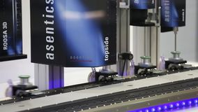 Industriële beeldverwerking voor industrie automatisering op Asentics-de tribune van de Visietechnologie op Messe-markt in Hanove stock videobeelden
