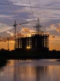 Industriële bouwkranen en de bouwsilhouetten Stock Afbeelding