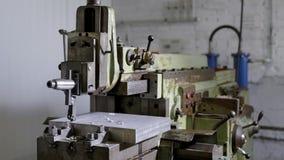 Industriële CNC automative malenmachine die aan een groot stuk van metaal werken, geautomatiseerd proces stock videobeelden