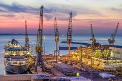 Industriële commerciële haven bij zonsondergang, Ancona, Italië royalty-vrije stock foto's
