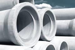 Industriële concrete die drainagepijpen voor bouw worden gestapeld Nieuwe buizen stock afbeelding