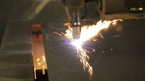 Industriële de vervaardigingstechnologie van de laser scherpe verwerking van het staalmateriaal van het vlak bladmetaal met vonke stock footage