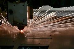 Industriële de vervaardigingstechnologie van de laser scherpe verwerking van het staalmateriaal van het vlak bladmetaal met vonke royalty-vrije stock fotografie