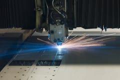 Industriële de vervaardigingstechnologie van de laser scherpe verwerking van het staalmateriaal van het vlak bladmetaal met vonke royalty-vrije stock afbeelding