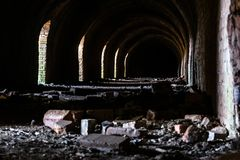 Industriële details van de verlaten steenfabriek met zijn chimn Stock Afbeeldingen