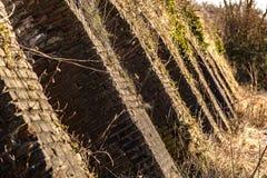 Industriële details van de verlaten steenfabriek met zijn chimn Stock Foto
