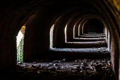 Industriële details van de verlaten steenfabriek met zijn chimn Stock Foto's