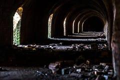 Industriële details van de verlaten steenfabriek met zijn chimn Royalty-vrije Stock Afbeeldingen