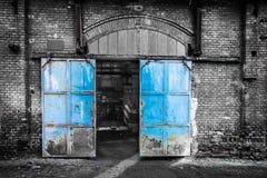 Industriële deur bij oude fabriek in Boedapest, Hongarije Stock Afbeeldingen