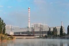 Industriële elektrische centrale in de mist Royalty-vrije Stock Foto