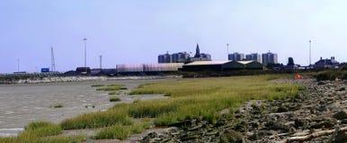 Industriële en stadsscène die door kust wordt geplaatst stock afbeelding