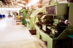 Industriële fabriek met cnc machines stock afbeelding