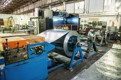 Industriële fabriek met materiaalhulpmiddelen in groot workshop of pakhuis, industriële achtergrond royalty-vrije stock afbeeldingen