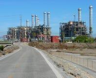 Industriële fabriek met schoorstenen Stock Afbeelding