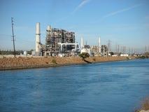 Industriële fabriek met schoorstenen Royalty-vrije Stock Foto