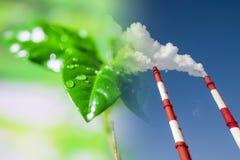 Industriële fabrieksschoorstenen op achtergrond van groene installaties Royalty-vrije Stock Afbeeldingen