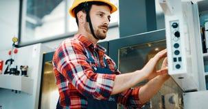Industriële fabriekswerknemer die in metaal verwerkende industrie werken royalty-vrije stock afbeelding