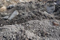 Industriële faciliteit over gegraven bouwwerf, gevaar er is een tractor met een emmer royalty-vrije stock foto's