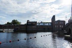 Industriële gebouwen naast rivier in Tampere, Finland stock fotografie