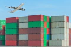 Industriële haven met containers en lucht voor logistisch concept royalty-vrije stock foto's