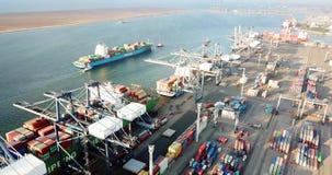 Industriële haven met containers en vrachtschepen stock videobeelden