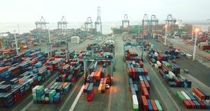 Industriële haven met containerswerf en schip stock videobeelden