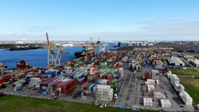 Industriële haventerminal met verschepende containers stock video